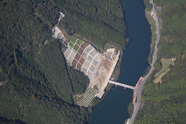 完 成:山須原発電所調整池内崩壊斜面災害復旧工事